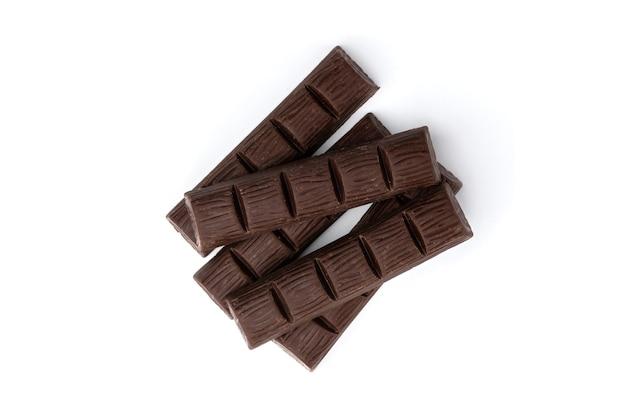 Dunkle schokoladentafel mit erdnuss lokalisiert auf weiß.