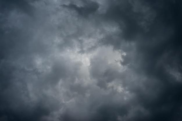 Dunkle schwarze wolken am himmel, stürmischer regenwolkenhintergrund.