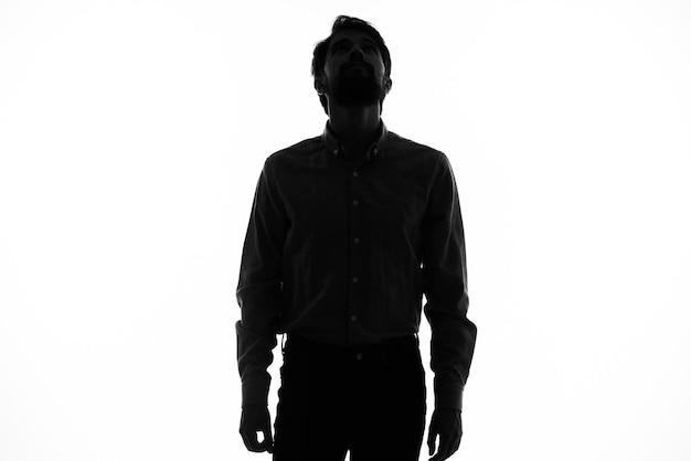 Dunkle silhouette eines kerls auf einem weißen hintergrundmodell beschnittene ansicht-nahaufnahme.