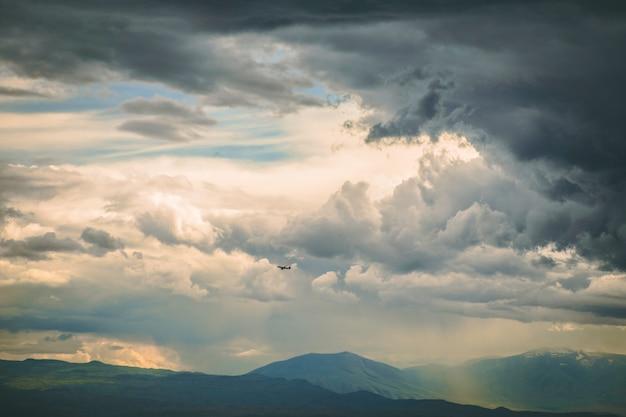 Dunkle stürmische wolken