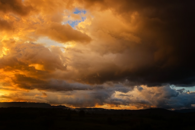 Dunkle sturmwolken vor regen bei sonnenuntergang. wolke auf sunse