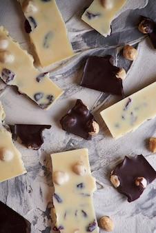 Dunkle und weiße schokoladenstücke Premium Fotos