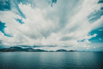 Dunkle Wolke am Himmel mit Insel