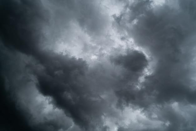 Dunkle wolken am himmel vor dem regen.