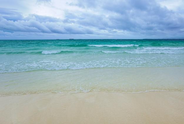 Dunkle wolken auf dem ozean