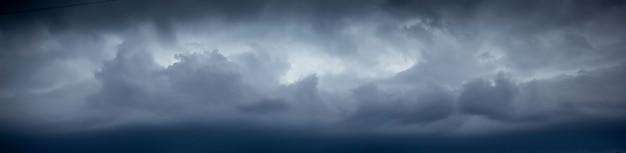 Dunkle wolken im himmel während des hurrikans