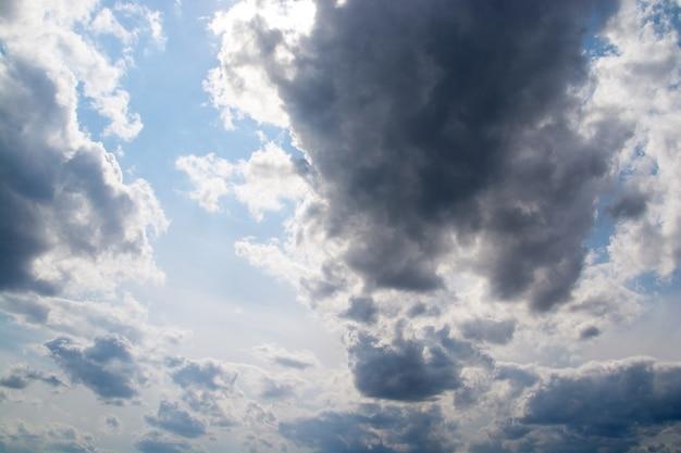 Dunkle wolken in einer blauen himmelsnahaufnahme.