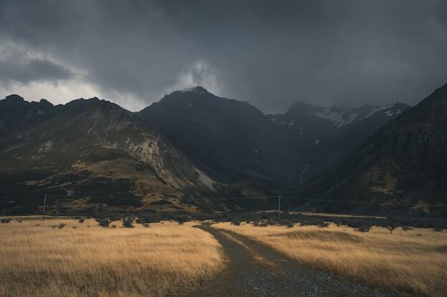Dunkle wolken über berg