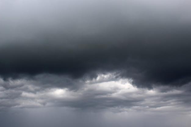 Dunkle wolken vor dem regen bedeckten den ganzen himmel
