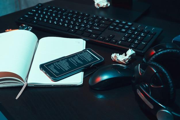 Dunkler arbeitsplatz eines programmierers oder hackers mit computer