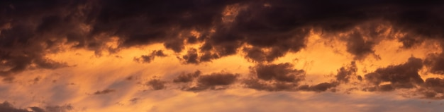 Dunkler dramatischer himmel mit dicken wolken nach sonnenuntergang
