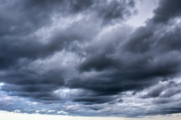 Dunkler dramatischer himmel und stürmische wolken