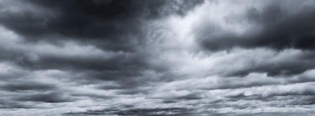 Dunkler dramatischer himmel und wolken. grauer himmel und flauschige weiße wolken. trauriger und launischer himmel. toter abstrakter hintergrund. wolkenlandschaft.