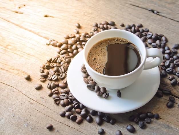 Dunkler espresso und kaffeebohne der kaffeetasse mit nahaufnahmeansicht