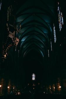 Dunkler flur innerhalb der kathedrale notre dame, gefangen in straßburg, frankreich