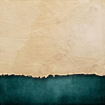 Dunkler grunge-stil hintergrund mit zerrissenem papier textur-overlay