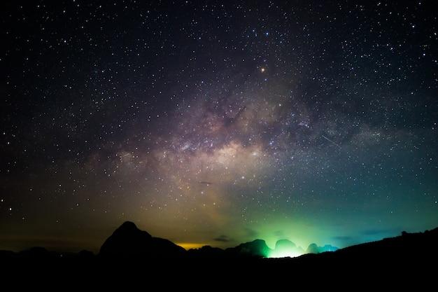 Dunkler himmel der milchstraße und sternenklare schleife. milchstraße nachthimmel und sternenschleife Premium Fotos
