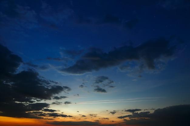 Dunkler himmel mit wolken im morgengrauen.