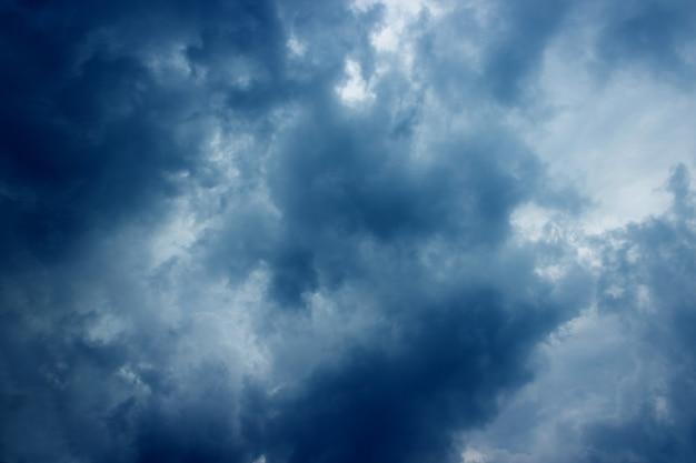 Dunkler himmel mit wolken vor regen ein gewitter.