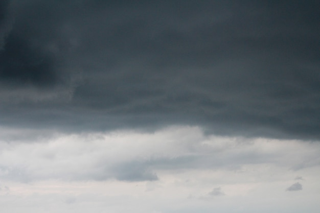 Dunkler himmel und dramatische schwarze wolke vor dem regen.