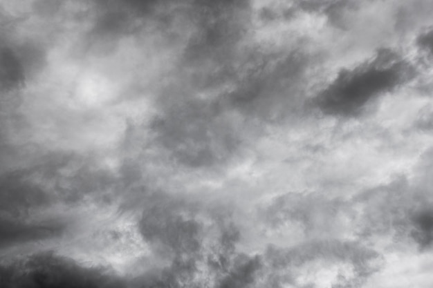 Dunkler himmel und dramatische schwarze wolkentextur vor regen