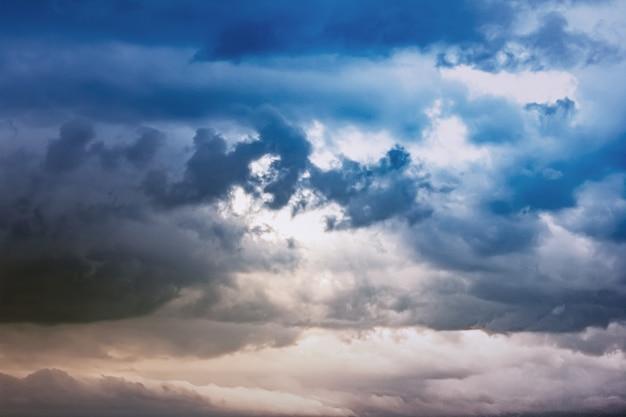 Dunkler himmel und eine scharfe schwarze wolke vor dem regen.