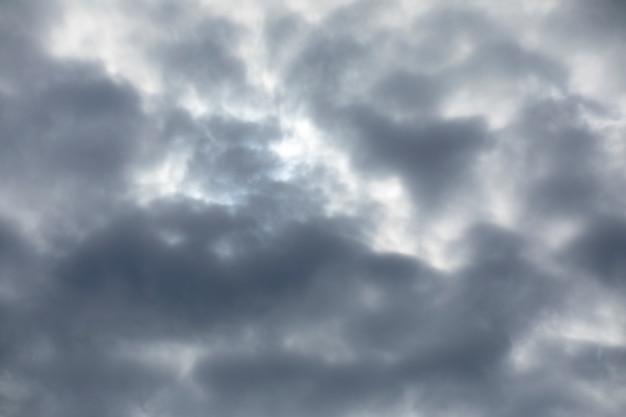 Dunkler himmel und flauschige wolken