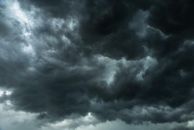 Dunkler himmel und schwarze wolken, dramatische gewitterwolken vor regnerischem wetter