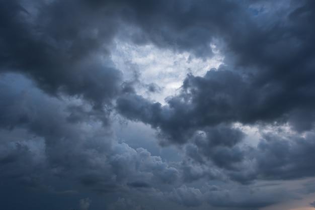 Dunkler himmel und schwarze wolken, dramatische sturmwolken vor regen