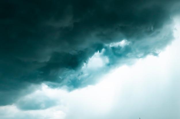 Dunkler himmel und schwarze wolken vor regen, dramatische schwarze wolken und gewitter .hälfte des himmels .jahreszeitenwechsel
