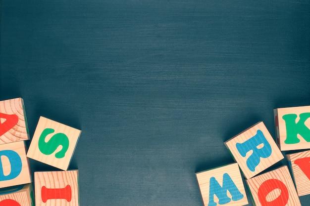 Dunkler hintergrund mit alphabetblöcken