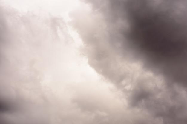 Dunkler regen wolken vor gewitter. graue sturm-wolken vor regen.