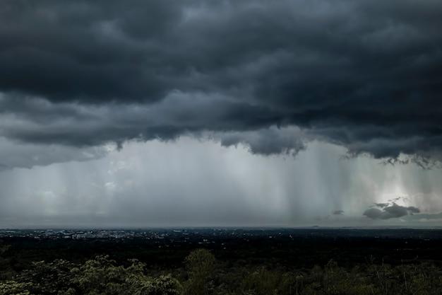Dunkler sturm bewölkt himmel. kopieren sie den raum unten, ein gewitter mit regen, naturhintergrund, dunkle ominöse graue gewitterwolken. dramatischer himmelsstrahl.
