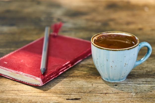 Dunkler türkischer kaffee auf dem tisch