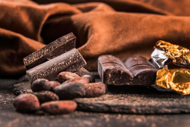 Dunkles arrangement mit schokoladendessert-nahaufnahme
