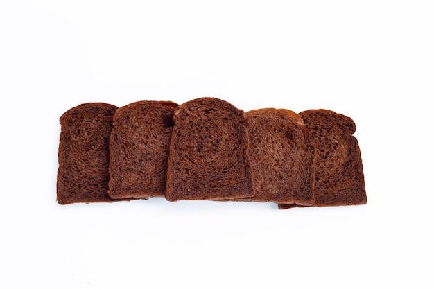 Dunkles kakaobrot auf weißer oberfläche