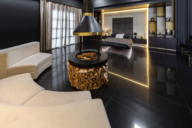 Dunkles, modernes, stilvolles interieur für männer mit beleuchtung, dekorativen wänden, kamin, ankleide und großem fenster
