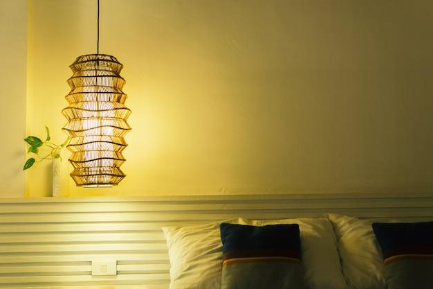 Dunkles schlafzimmer mit einer angestellten lampe