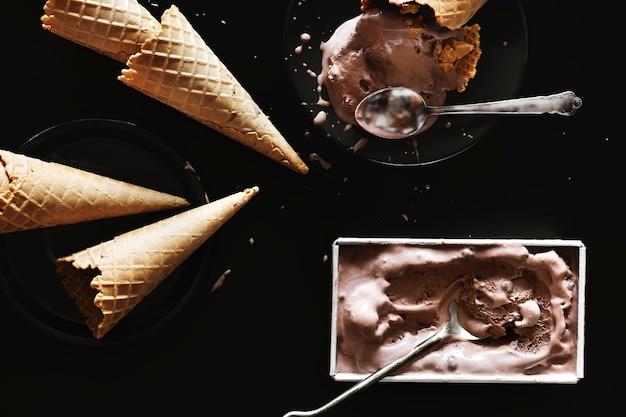 Dunkles schokoladeneis und zapfen