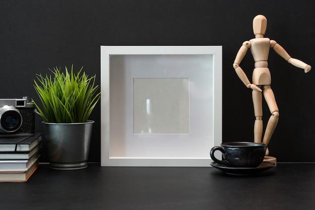 Dunkles stilvolles arbeitsplatzmodellplakat und kopienraum