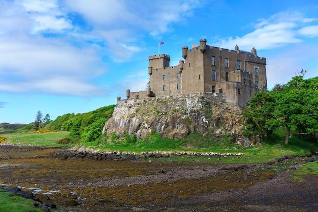 Dunvegan castle & gardens liegt am ufer des großen loch dunvegan, isle of skye, schottland