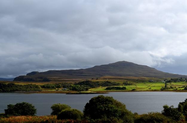 Dunvegan loch und sanfte highland hills von dunvegan auf der isle of skye.