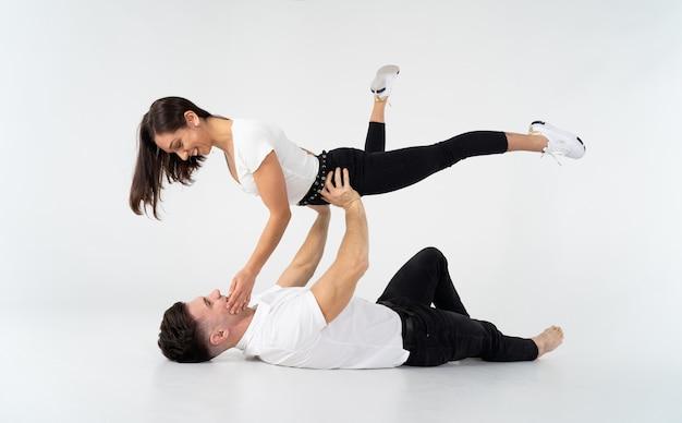 Duo von akrobaten, die tricks zeigen, isoliert auf weiß.