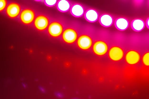 Duotone rote und violette neon-bokeh-lichter. festlicher abstrakter hintergrund der farben der 80er jahre.