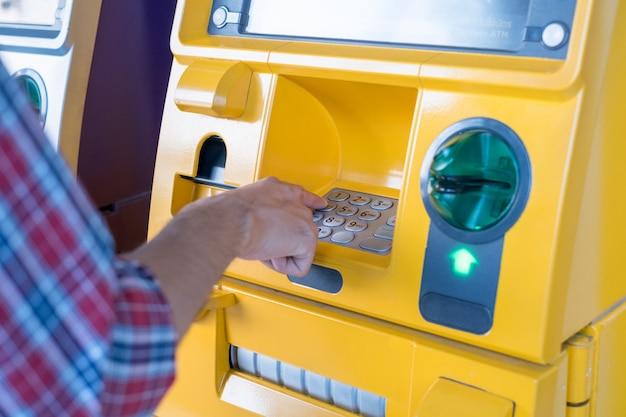 Durch drücken des codes am geldautomaten werden die zahlen und der fingerbereich von hand gedrückt.