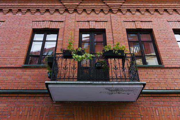 Durchbrochener balkon in einem haus aus rotem backstein