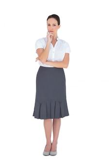 Durchdachte elegante geschäftsfrauaufstellung