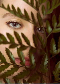 Durchdachte frau mit grünpflanzezweig