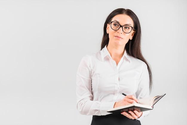 Durchdachtes geschäftsfrauschreiben im notizbuch