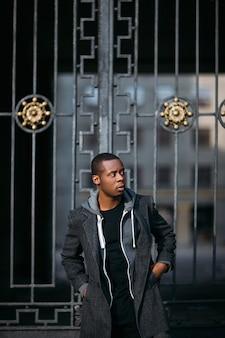 Durchdachtes schwarzes männliches modell. städtisches leben. nachdenklicher afroamerikaner im freien, stilkonzept style